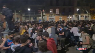 Barcellona, prima notte senza restrizioni: feste e arresti