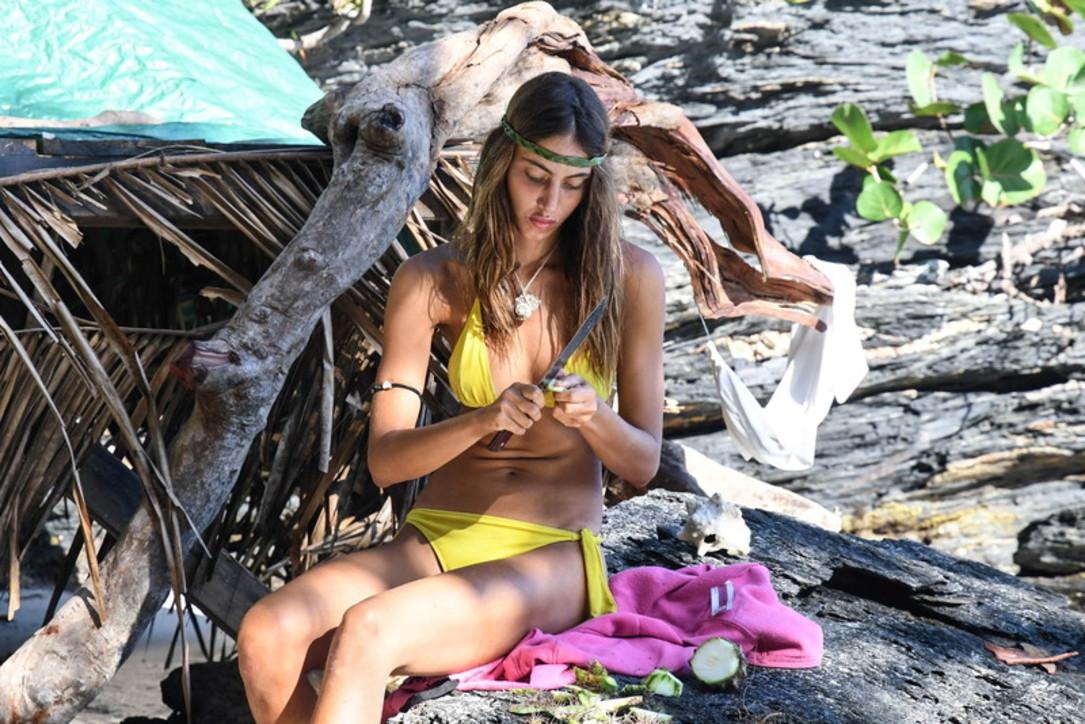 """""""L'Isola dei Famosi 2021"""", Beatrice si dà alle cure di bellezza e parla con il suo """"Wilson"""""""