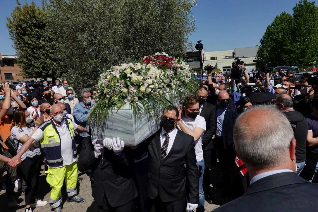 Prato, ai funerali di Luana D'Orazio l'intera ditta e il titolare