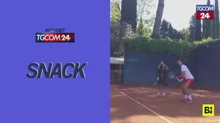 Tennis, Fiorello spiega a Novak Djokovic come si gioca: il siparietto è tutto da ridere