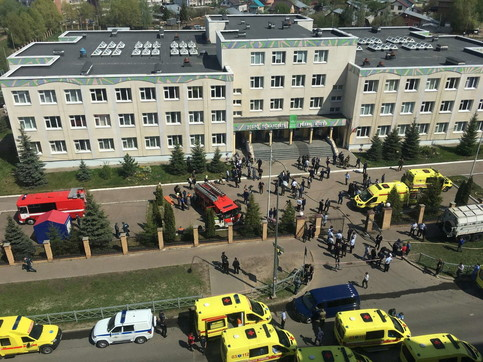 Strage in una scuola in Kazan: studenti si lanciano dal terzo piano per salvarsi