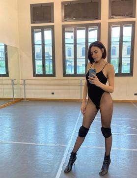 Elodiea lezione di danza: in calze a rete e tacchi a spillo fa impazzire i fan