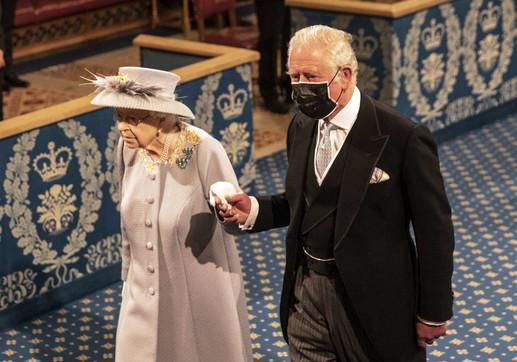 La regina Elisabetta torna al lavoro, primo impegno ufficiale dopo la morte di Filippo