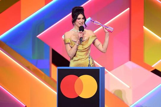 Brit Awards 2021: da Dua Lipa a Taylor Swift, un trionfo tutto al femminile