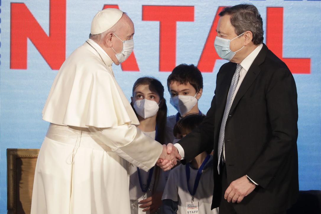 Stati generali della natalità, il premier Draghi e Papa Francesco insieme sul palco