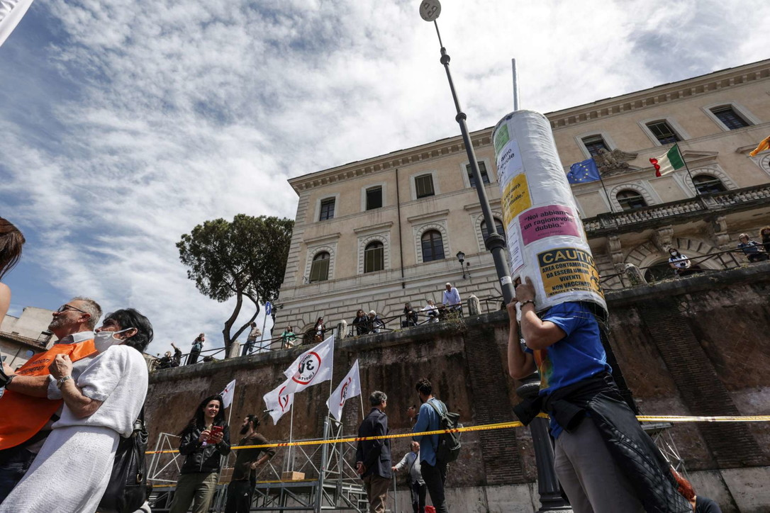 """Roma, nuova protesta dei """"no vax"""" davanti alla Bocca della Verità: tra di loro anche Montesano"""