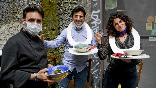 Napoli, non ha spazio per i tavolini fuori: ristoratrice fa mangiare clienti su tavolette wc
