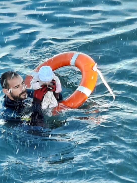 Migranti marocchini raggiungono a nuoto l'enclave spagnola di Ceuta, neonato salvato in mare