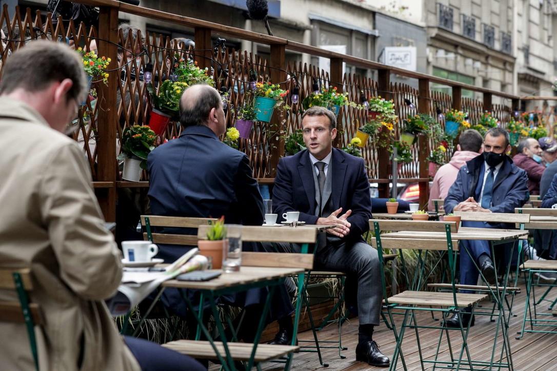 """La Francia riapre e Macron va al bar: """"Siate prudenti"""""""
