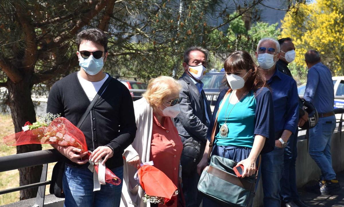 L'addio a Franco Battiato: funerale privato ma la folla è davanti casa