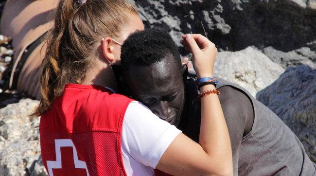 Spagna, abbraccia un migrante a Ceuta: volontaria insultata sui social