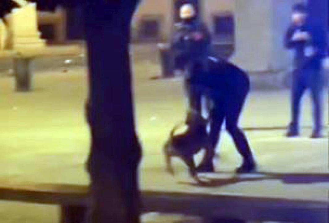 Milano, gli aizzano contro un pitbull: carabiniere costretto a sparare