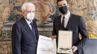 """Mattarella consegna l'onorificenzadi """"Grande Ufficiale"""" a Roberto Bolle"""