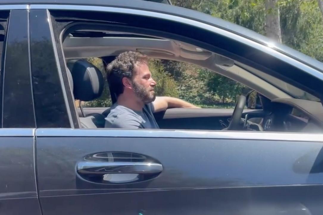 Ben Affleck pizzicato mentre esce da casa di Jennifer Lopez