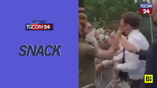 Schiaffo a Emmanuel Macron durante un bagno di folla: due arresti