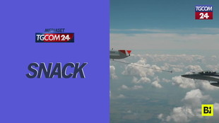 Drone rifornisce in volo un jet da combattimento: prima volta nella storia