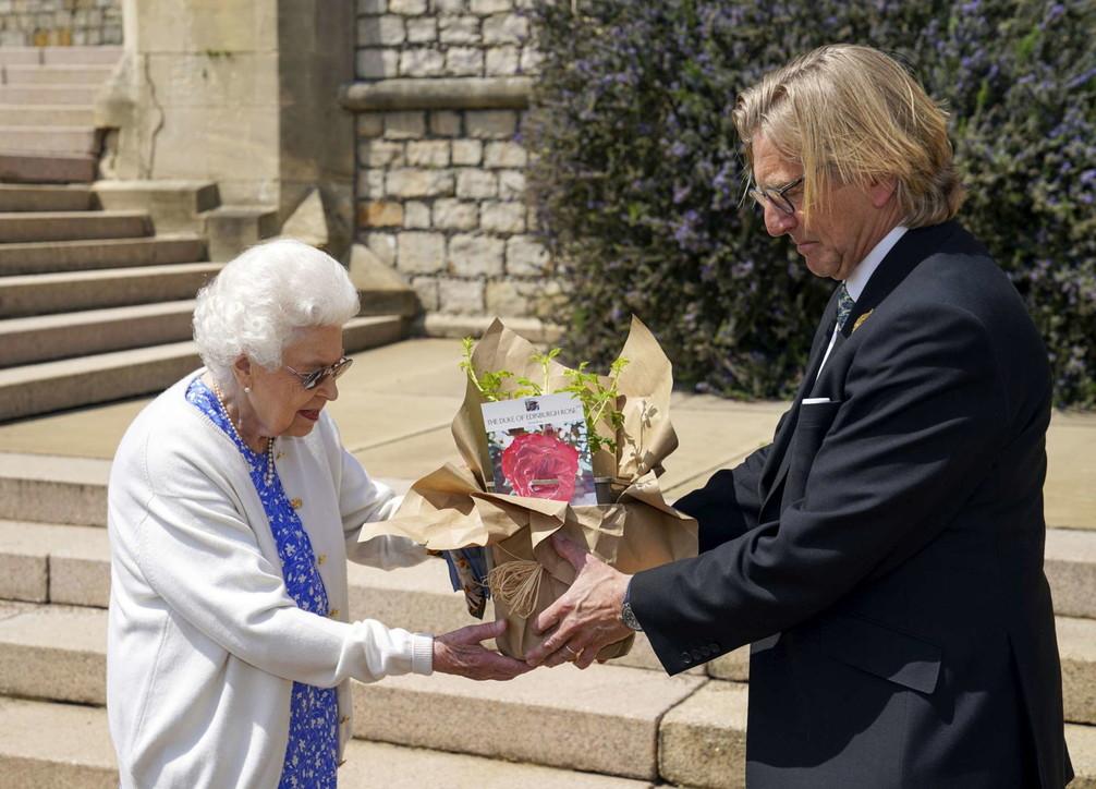 Gb, la regina celebra con una rosa i 100 anni dell'amato Filippo