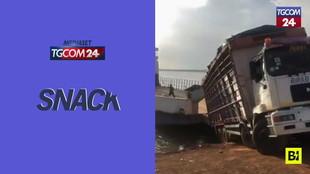 Sbaglia le manovre per salire sul traghetto: camion finisce nel fiume