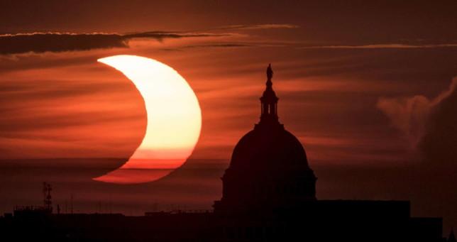 Lo spettacolo dell'eclissi (parziale) di Sole