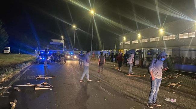 Scontri nel corso di un presidio di lavoratori nel Lodigiano: 9 feriti, uno grave