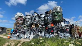 """Mount Recyclemore, lascultura di scarti elettronici che """"accoglie"""" i leader del G7"""