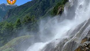 Scivola dal sentiero e cade nelle cascate dell'Acquafraggia: morta 42enne, grave il compagno