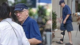 """Robert De Niro""""zoppicante"""": eccolo col tutore alla gamba dopo l'incidente"""