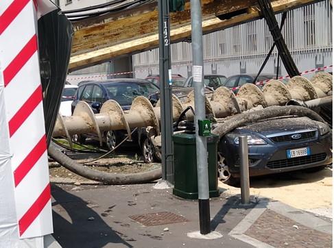 Milano, trivella edile si schianta su un palazzo: per miracolo nessuno resta ferito