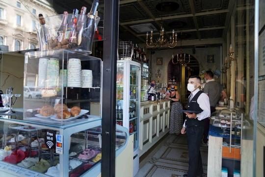 Milano, il centro storico al buio: la gente abbandona negozi e locali