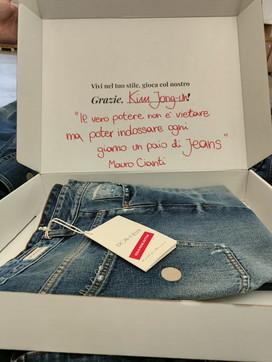 Corea del Nord, Kim Jong-un vieta i jeans? Per protesta dall'Italia gliene arrivano un paio 100% Made in Italy
