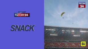 Europei 2020, paracadutista di Greenpeace atterra in campo prima di Francia-Germania