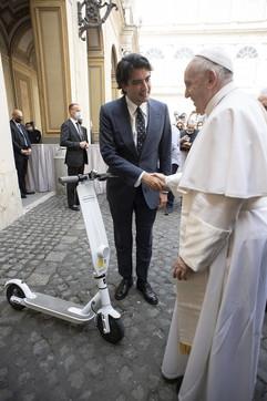 Vaticano, il Papa riceve in dono un monopattino elettrico (bianco ovviamente)