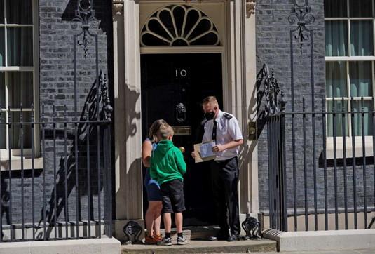 """Londra, bimbo di 9 anni """"bussa alla porta"""" di Johnsonper chiedere una prescrizione medica dicannabisper il fratellino malato"""