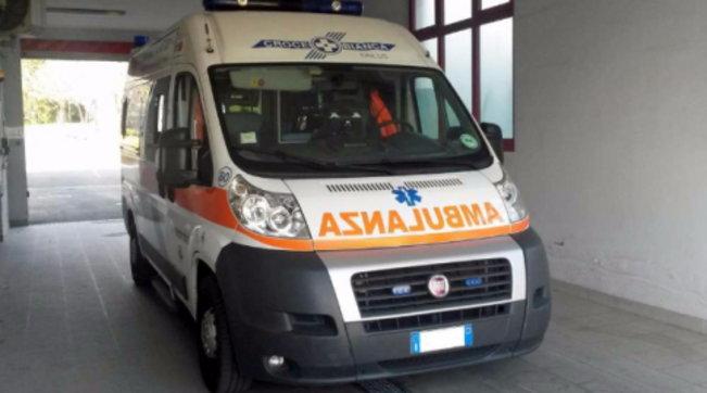 Napoli, sequestra ambulanza per soccorrere una parente: preso