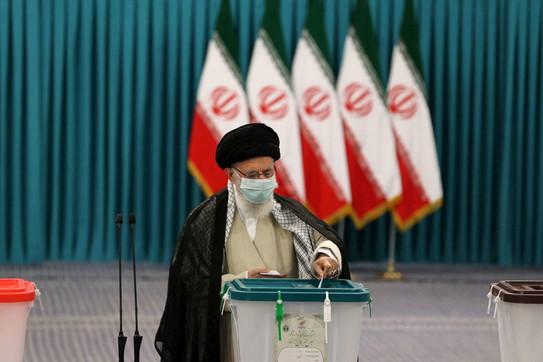 Voto in Iran,l'ayatollah Ali Khameneial seggio