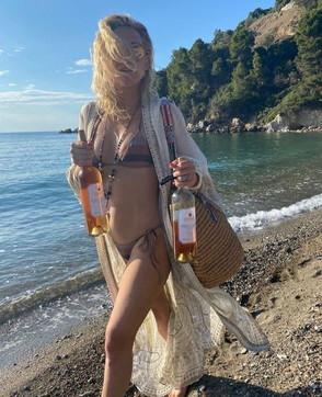 Kate Hudson sfoggia il suo fisico al top in vacanza: con leianche mammaGoldie Hawn eKurt Russell