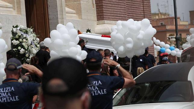 Strage di Ardea, palloncini e fiori bianchi per l'ultimo saluto a David e Daniel