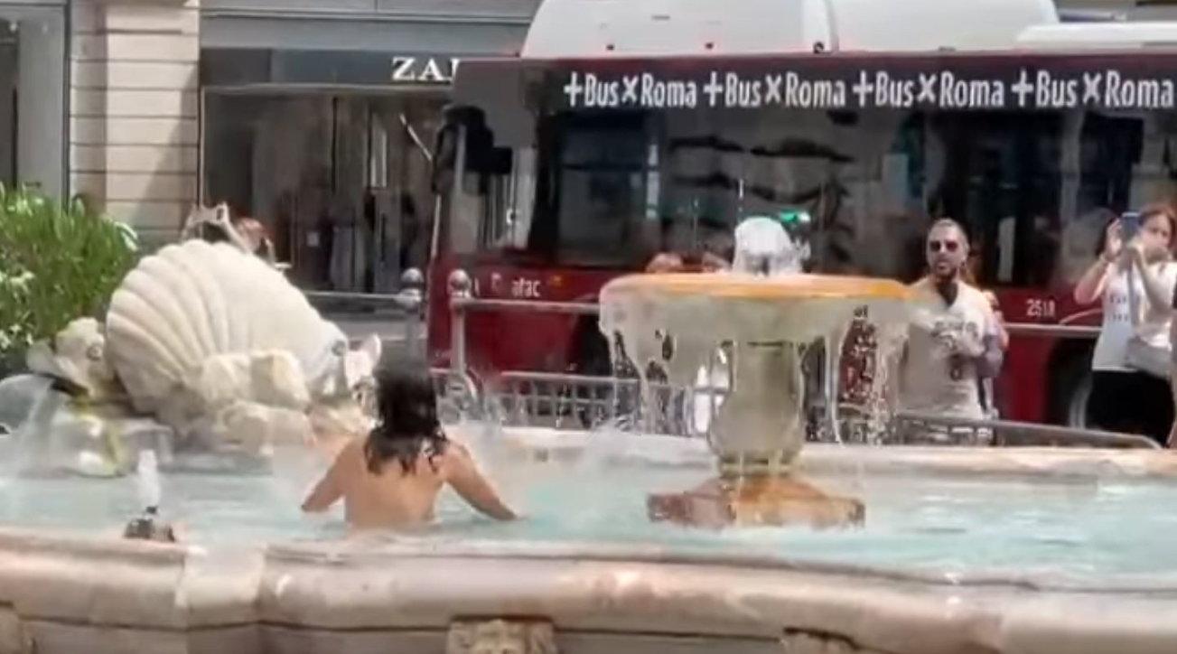 Roma, si spoglia nuda e si tuffa nella fontana davanti a Palazzo Chigi
