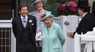 La Regina Elisabetta raggiante alla corsa dei cavalli di Ascot