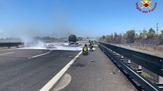 Piacenza, tamponamento tra Tir causa maxi incendio e morti