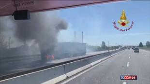 Incidente sull'A1 a Piacenza: autocisterna in fiamme, due morti