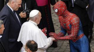 """Vaticano, all'udienza generale del Papa c'è anche """"Spiderman"""""""