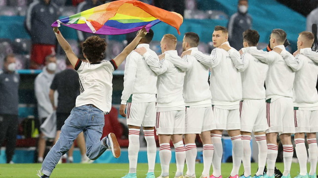 Euro 2020, irruzione in campo con bandiera arcobaleno durante l'inno ungherese