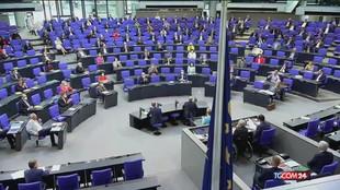 Merkel, il lungo applauso del Bundestag