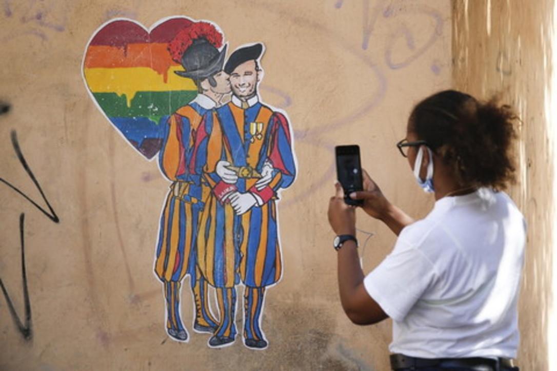 Pride, a Roma il bacio tra due guardie svizzere compare su un muro a due passi dal Vaticano