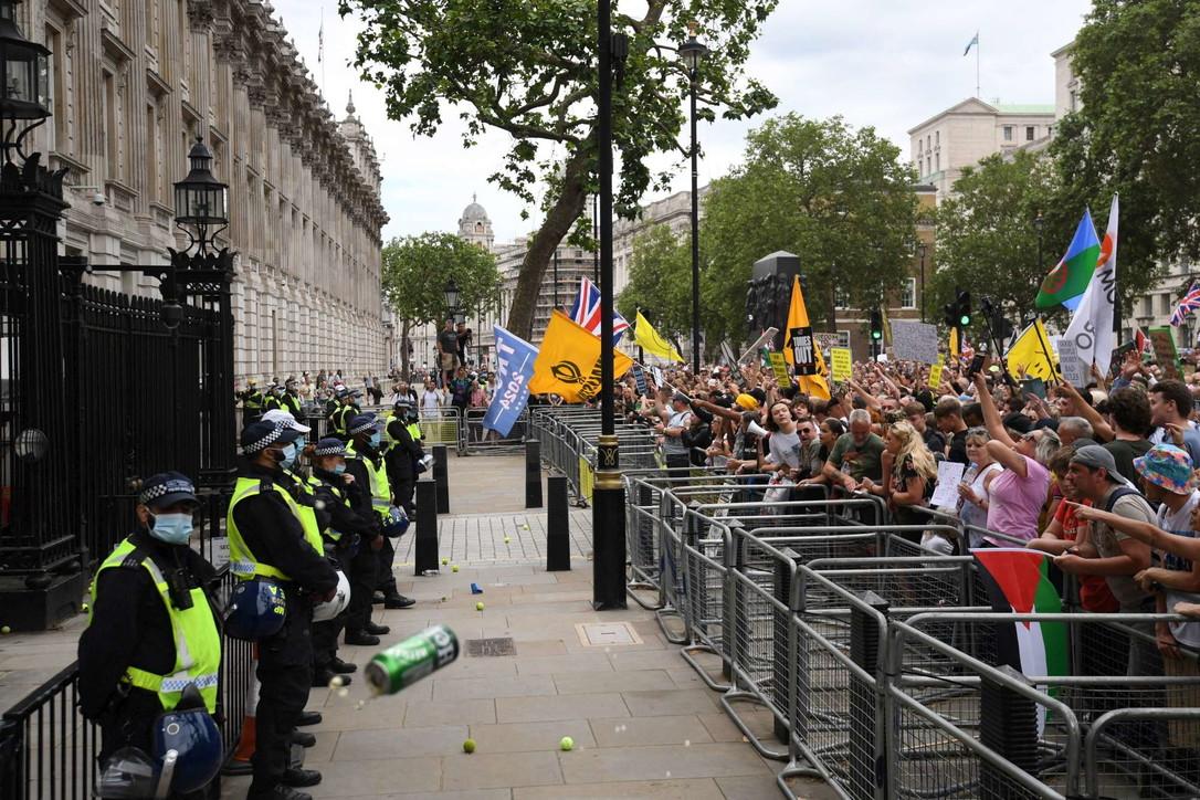 Covid, in migliaia protestano a Londra contro il lockdown