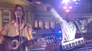 """Venticinque anni fa la Macarenaarrivava in Italia: rivediamo cantarla dai """"Los locos"""""""