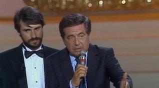 Oggi Corrado avrebbe compiuto 97 anni: rivediamolo premiato ai Telegatti 1987