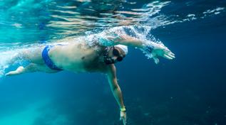 Le immagini di Neil Agius, il nuotatore da record