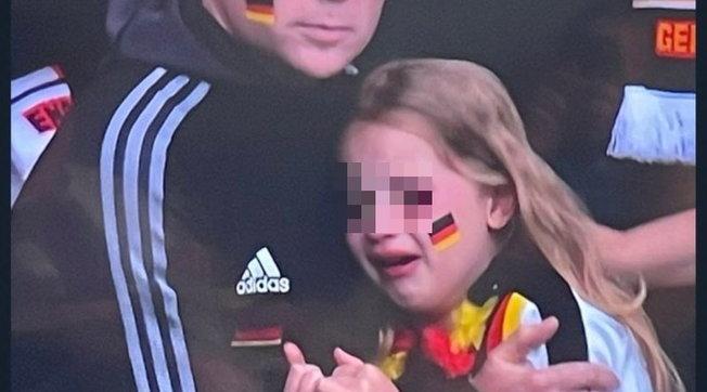 Bimba tedesca derisa dai sostenitori dell'Inghilterra: tifoso raccoglie 37mila euro per lei, ma la piccola non si trova